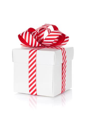 cajas navide�as: Caja de regalo de Navidad. Aislado en el fondo blanco
