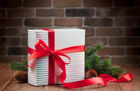 Christmas gift box en sparrentak op houten tafel