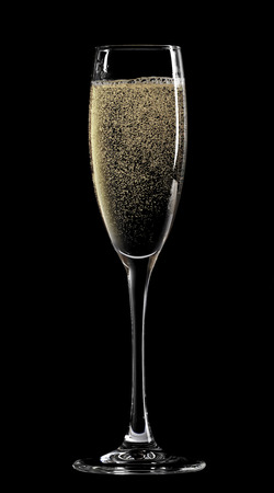 flauta: Copa de champagne. Aislado sobre fondo negro