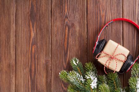 Christmas gift box met een koptelefoon en boomtak. Bovenaanzicht met een kopie ruimte