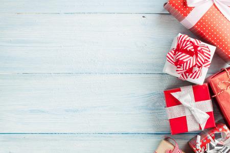 Cajas de regalo de Navidad en la mesa de madera con nieve. Vista superior con espacio de copia Foto de archivo - 48017561