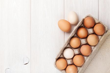 Karton Eierkarton auf Holztisch. Ansicht von oben mit Kopie Raum