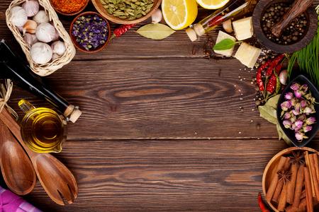 epices: Diverses épices sur fond de bois. Vue de dessus avec copie espace