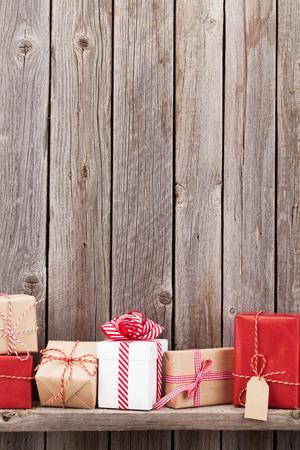 estanterias: cajas de regalo de Navidad en frente de la pared de madera. Ver con espacio de copia Foto de archivo
