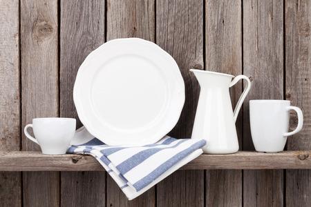 utencilios de cocina: utensilios de cocina en el estante contra la pared de madera rústica Foto de archivo