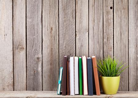 나무 벽 앞의 책 나무 선반. 복사 공간보기 스톡 콘텐츠