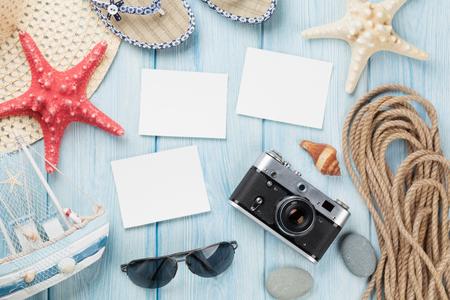 Reizen en vakantie fotolijsten en artikelen op houten tafel. Bovenaanzicht Stockfoto