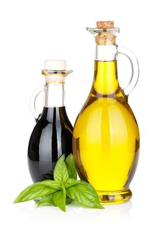 aceite de cocina: Botellas de aceite de oliva y vinagre con albahaca. Aislado en el fondo blanco