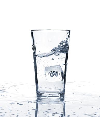 vaso con agua: Vaso de agua con hielo. Aislado en el fondo blanco Foto de archivo