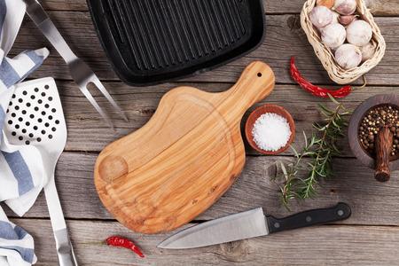 �pices: Ustensiles de cuisine et les �pices sur la table en bois. Vue de dessus Banque d'images