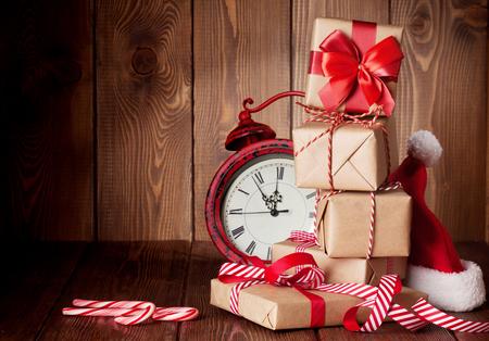 クリスマス ギフト ボックス、目覚まし時計、サンタの帽子。コピー スペースを表示します。