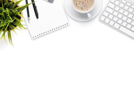 Schreibtisch Tisch mit Computer, Verbrauchsmaterial, Kaffeetasse und Blume. Isoliert auf weißem Hintergrund. Ansicht von oben mit Kopie Raum