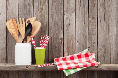 cocina antigua: de cocina utensilios de cocina en el estante contra la pared de madera rústica con espacio de copia