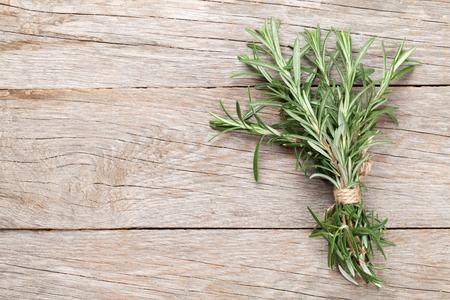 Romarin frais de jardin sur la table en bois. Vue de dessus avec copie espace Banque d'images - 48700156
