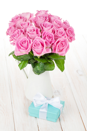 rosas blancas: Valentines day pink roses bouquet and gift box on white wooden table