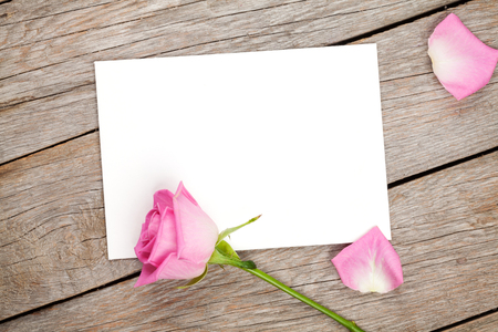 rosas rosadas: Tarjeta de felicitaci�n del d�a de San Valent�n o marco de fotos y rosa rosa sobre la mesa de madera. Vista superior con espacio de copia