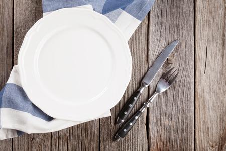 trompo de madera: Vaciar la placa y los cubiertos en la mesa de madera. Vista superior Foto de archivo
