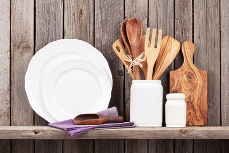 de cocina utensilios de cocina en el estante contra la pared de madera rústica Foto de archivo