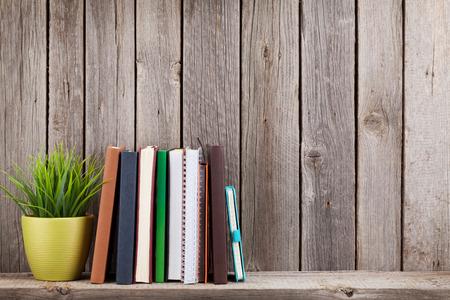 木製の棚木製の壁の前に本が。コピー スペースを表示します。