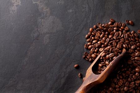 石のテーブルの上のコーヒー豆。コピー スペース平面図