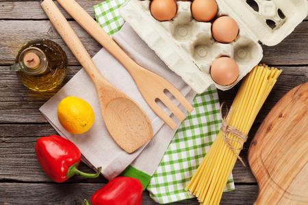 Kookgerei en ingrediënten op houten tafel. Bovenaanzicht Stockfoto