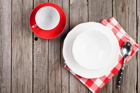 空のプレート、カップと木製のテーブルのスプーン。コピー スペース平面図 写真素材