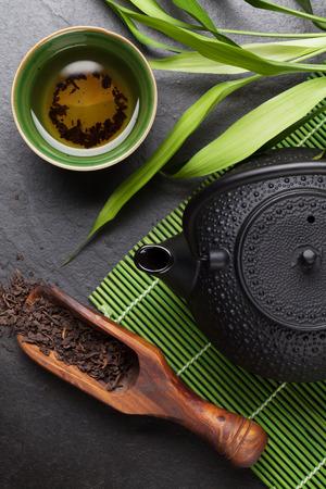 돌 테이블에 아시아 차 그릇과 주전자