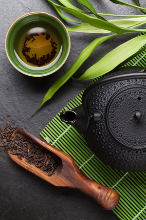 tazza di th�: ciotola di t� asiatica e teiera su tavola di pietra