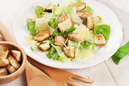 ensalada César fresca y saludable en mesa de madera