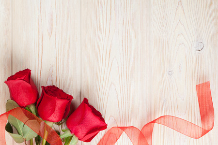 valentines: Red roses on wooden background. Valentines day background