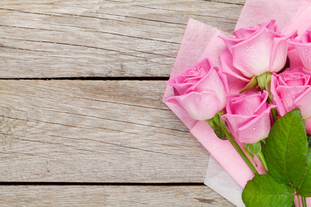 Garden pink roses bouquet over wooden table. Top view with copy space Foto de archivo
