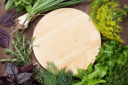 Verse tuinkruiden en kruiden op houten lijst. Bekijken met kopie ruimte Stockfoto