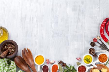 food: Ervas e especiarias sobre o fundo de madeira. Vista de cima, com cópia espaço Banco de Imagens