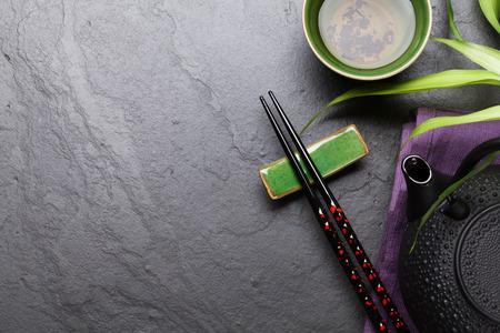 Asian Tee und Teekanne über Steintisch. Ansicht von oben mit Kopie Raum Standard-Bild
