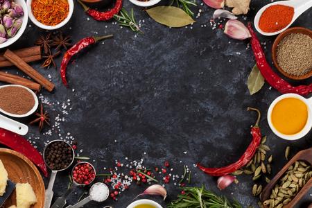 Taş zemin üzerine Otlar, çeşniler ve baharat. Kopya alanı ile üstten görünüm