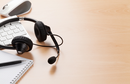 キーボードの上に敷設するヘッドセットのオフィス デスク。コール センター テーブル。コピー スペースを表示します。 写真素材