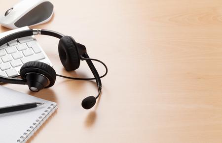 escritorio de oficina con auriculares que pone en el teclado. Llame mesa central. Ver con espacio de copia