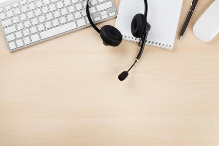 Büro-Schreibtisch mit einem Headset und Zubehör.