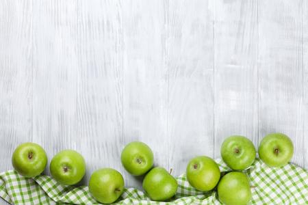 Grüne Äpfel über Holztisch. Ansicht von oben mit Kopie Raum