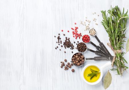aceite oliva: Hierbas y especias sobre fondo de madera. Vista superior con espacio de copia