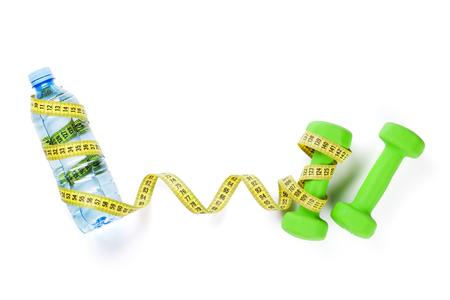 cinta metrica: Pesas, botella de agua y cinta métrica. Aislado en el fondo blanco Foto de archivo