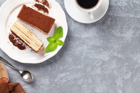 Tiramisu dessert en koffie op stenen tafel. Bovenaanzicht met een kopie ruimte