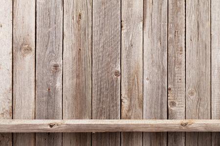 estanterias: el estante de madera delante de la pared de madera. Ver con espacio de copia