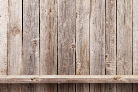 dřevěný: police dřeva v přední části dřevěné stěny. Pohled s kopií vesmíru