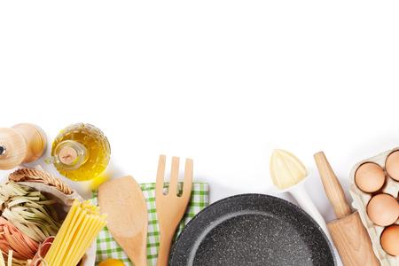 Kookgerei en ingrediënten. Geïsoleerd op witte achtergrond
