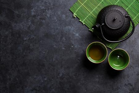 Groen japans thee op stenen tafel. Bovenaanzicht met een kopie ruimte Stockfoto