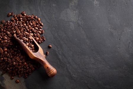 frijoles: Granos de café en la tabla de piedra. Vista superior con espacio de copia Foto de archivo
