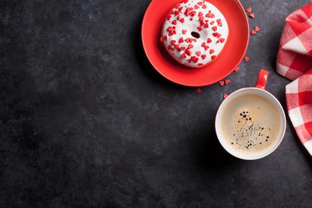 Donut und Kaffee auf Steintisch. Ansicht von oben mit Kopie Raum
