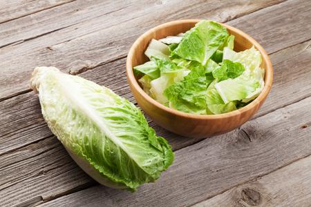 ensalada cesar: Ensalada fresca de lechuga romana saludable en mesa de madera