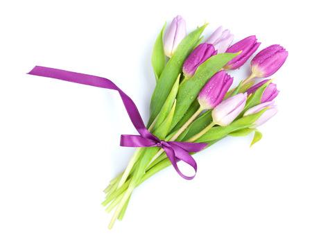 Fioletowy bukiet tulipanów. Pojedynczo na białym tle